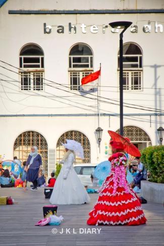 Artis-artis jalanan yang berdandan seperti noni Belanda