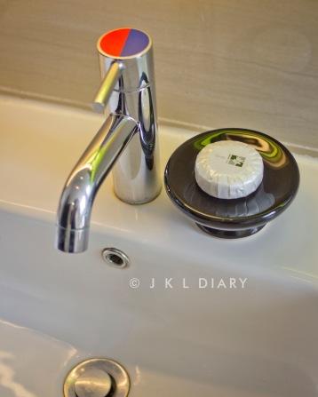 Keran wastafel dengan soap