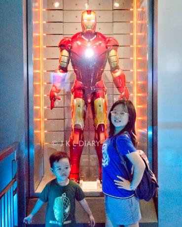 Jubah Iron Man di area masuk wahana