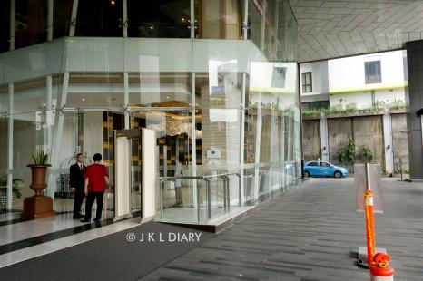 Akses masuk lobby transit