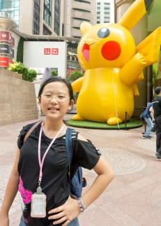 Karen membawa tas backpacknya di Hong Kong