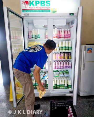 Staf KPBS sedang restock lemari es pajangan
