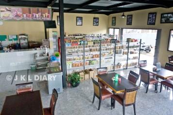 Ruang makan & area yang menjual oleh-oleh