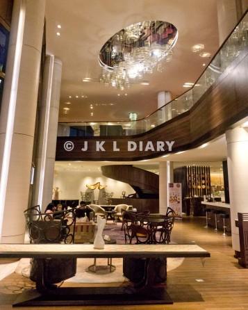 Area lobby di malam hari yang mewah & luks